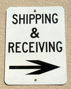 Tablica shipping and receiving ze strzałką wskazującą w prawo
