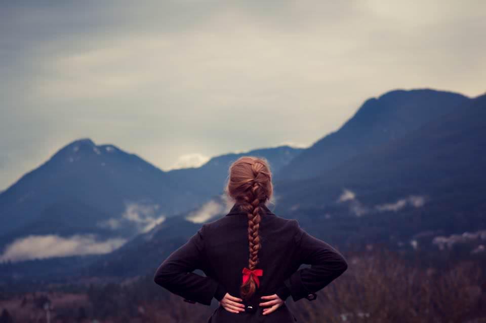 Dziewczyna patrząca na góry