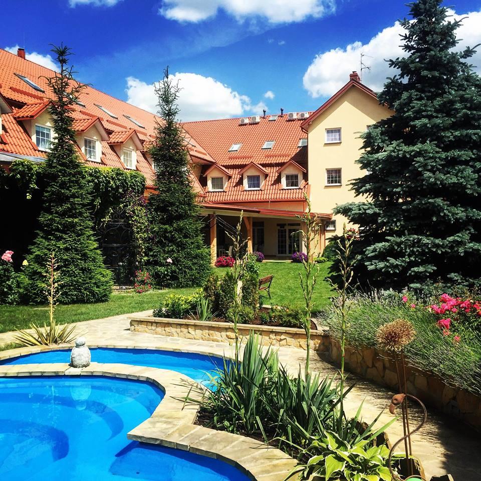 """Hotel """"W Krainie Alicji"""" z Nałęczowa robi to dobrze. Marketing w małej firmie i startupie #1"""